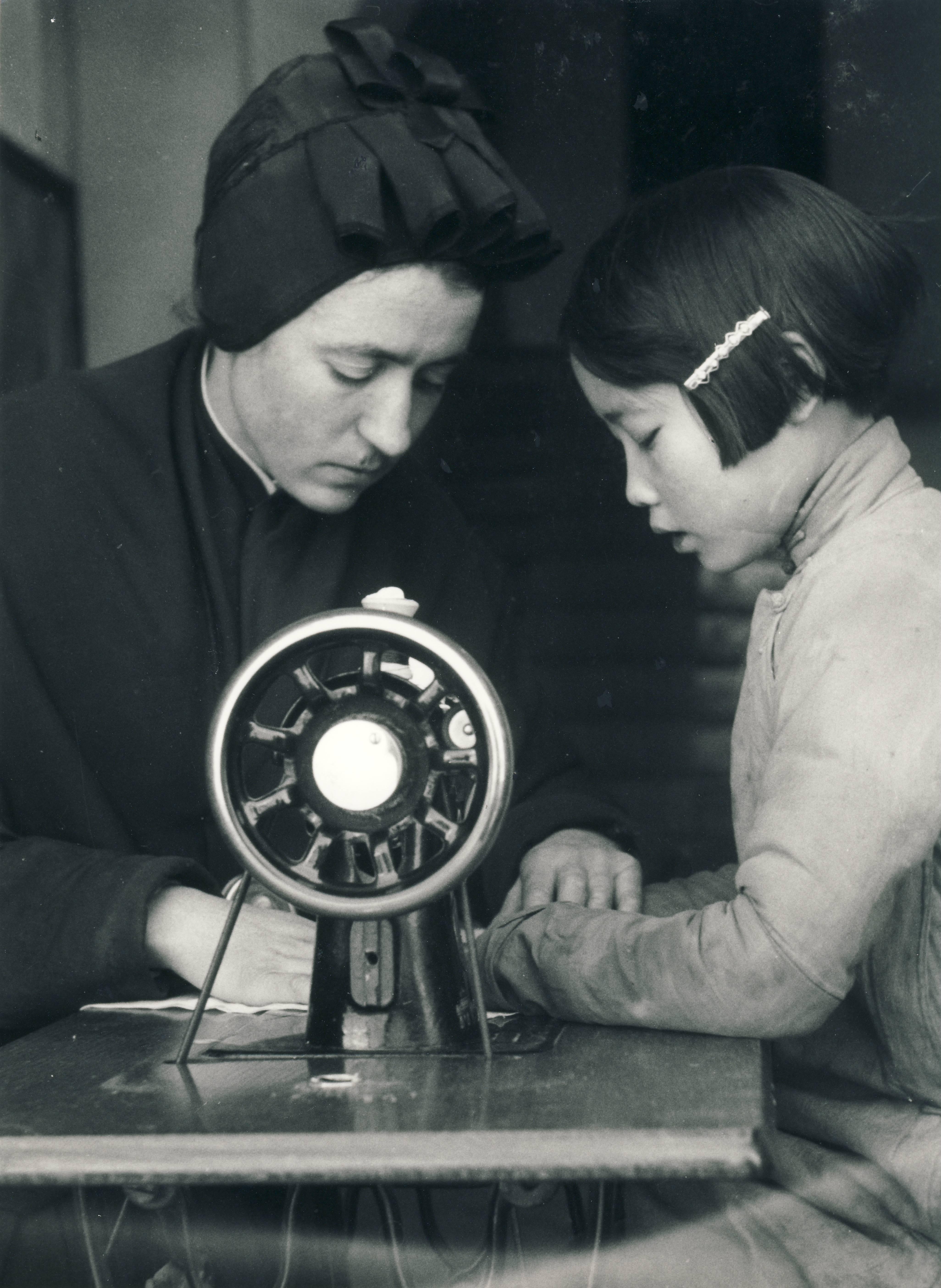 M Enrica orfana impara ad usare la macchina da cucire